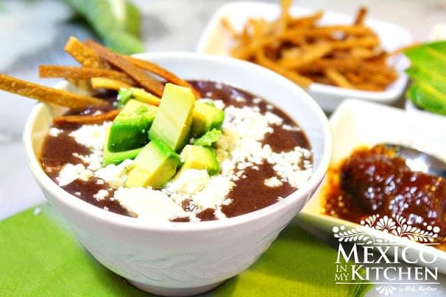 Creamy black bean soup | Crema de frijol mexicana
